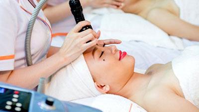 Bước 4: Chiếu máy Ánh Sáng Sinh Học làm dịu, tăng sinh Collagen, chống lão hóa