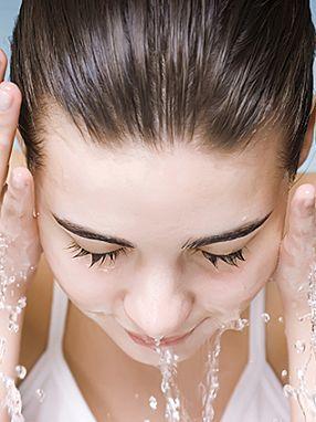 Rửa mặt thường xuyên cũng là cách trị mụn sai