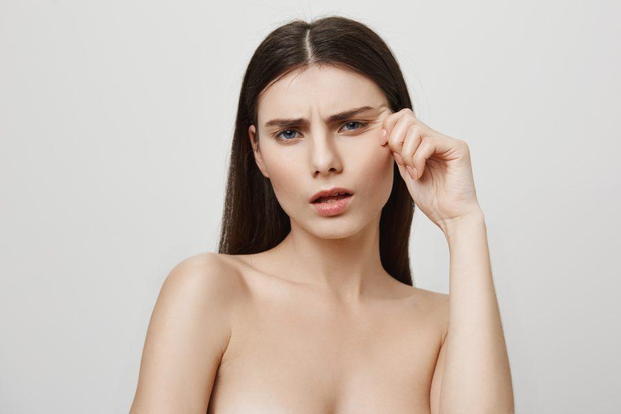Nếp nhăn biểu cảm thường ở khoé mặt, khoẻ miệng, giữa lông mày và trên trám
