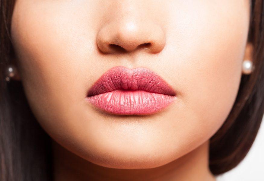 Dặm lại màu môi giúp đôi môi tươi tắn và tự nhiên
