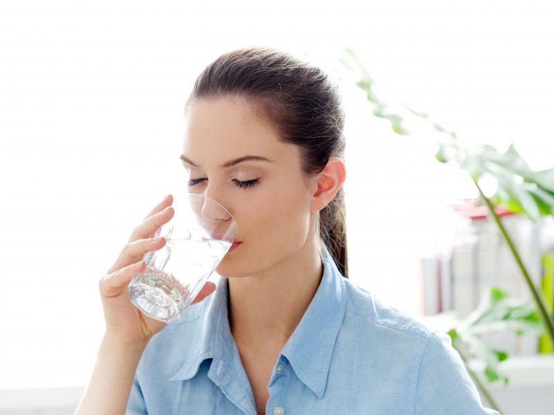 uống nhiều nước hỗ trợ giảm mỡ bụng